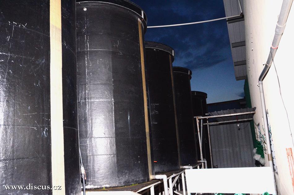 Pohled na několik z 15 zásobníků na vodu s celkovým obsahem 150 tisíc litrů