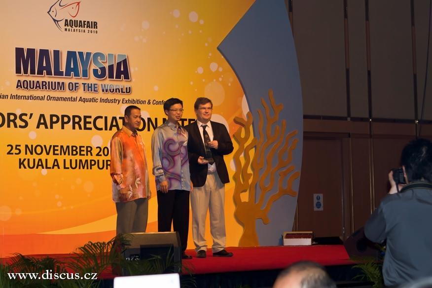 Malajský ministr zemědelství představuje jednotlivé posuozvatele všech soutěží a předává památeční plaketu