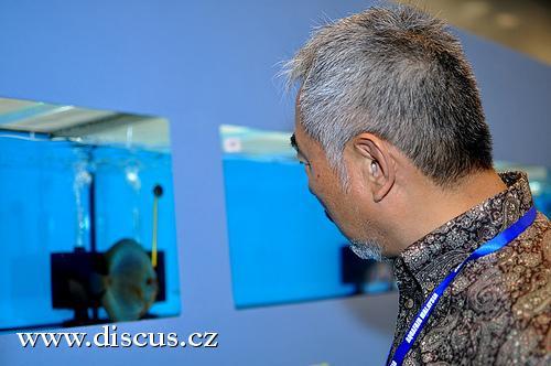 Takashi Amano při prohlídce šampionátu terčovců