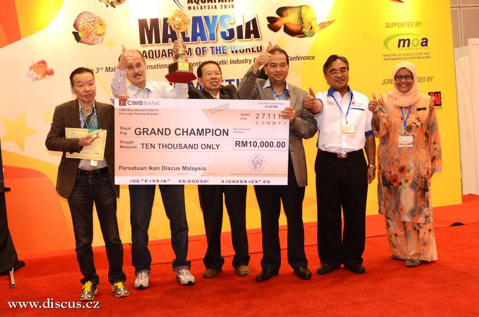 Absoltuní vítěz Goh Eng Khoon se zástupci vlády a předsedou DSM při předávání ceny