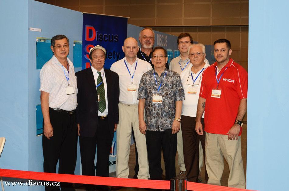 Posuzovatelé před zahájením hodnocení z leva:Dr. Teoh Guan Hock, Kuan Kuo Yun. Paul Butler, Bernd Degen, Goh Khai Hin - Tajemník DSM, Kersten Opitz, Sebastiono Solano a Eddie Ybarra