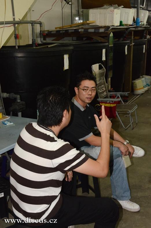 Jacky Lim a Gary Long a v pozadí typické zásobníky vody